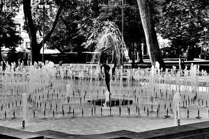city garden fountain 2020.02 as graphic bw